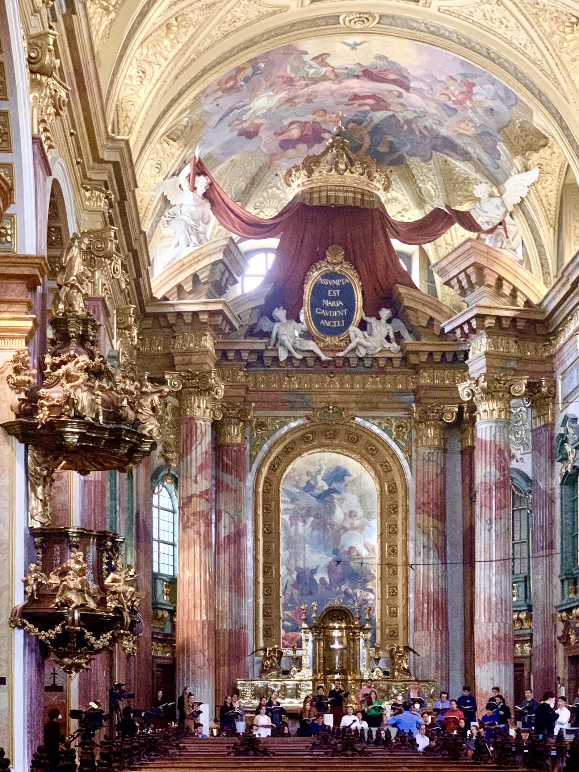 hochaltar und kanzel in der Jesuitenkirche wien