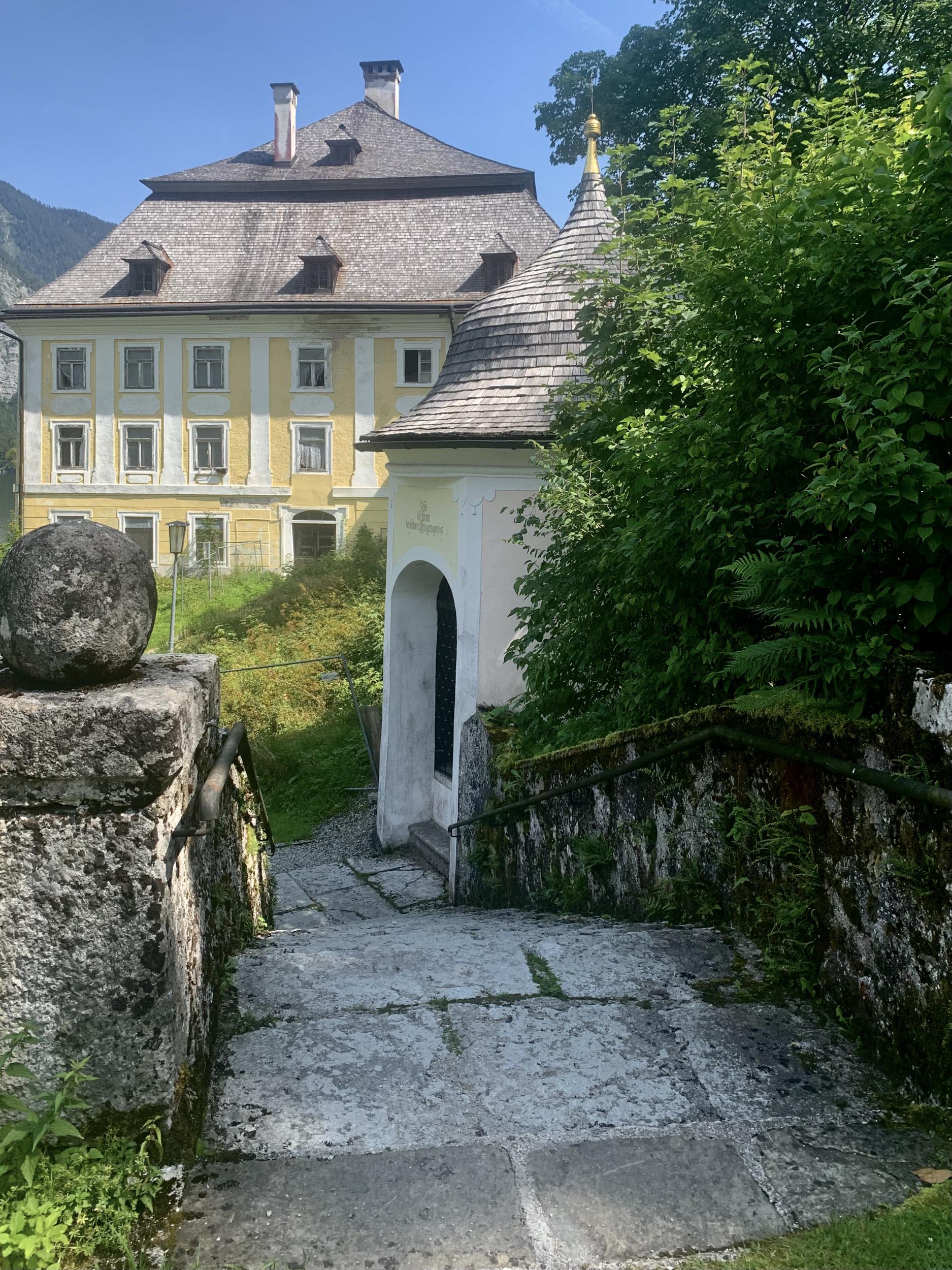 Salinengebäude und Kreuzwegkapelle in Hallstatt